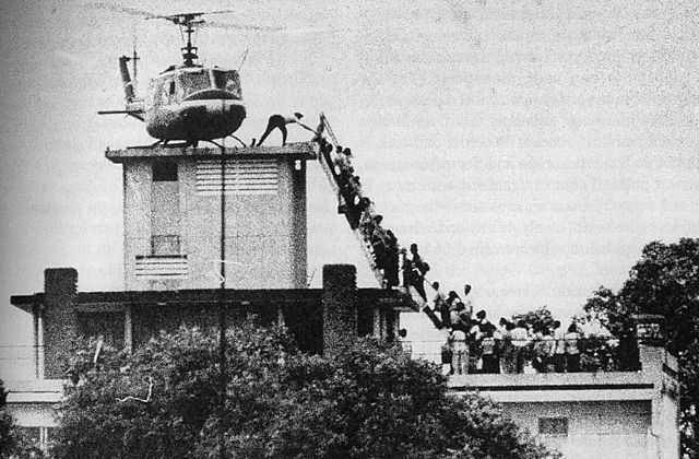 Evacuation of CIA station personnel by Air America on the rooftop of 22 Gia Long Street in Saigon on April 29, 1975. Photo: Hubert van Es / UPI